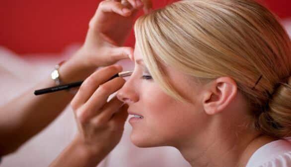 Frisur und Make-up für die Hochzeit